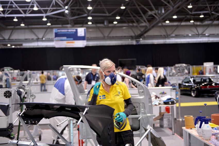Emelie Dammare tog ett fint silver i billackering vid Yrkes-VM i Leipzig. De tre tävlande från Sverige, Norge och Danmark blev bara slagna av en schweizare. FOTO: YRKESLANDSLAGET