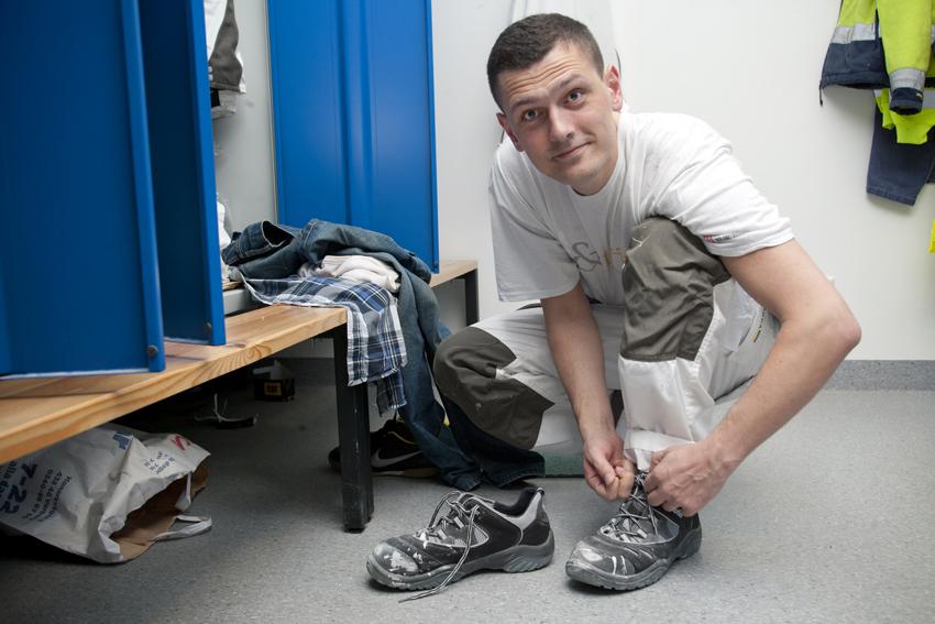 Dags för en annorlunda arbetsdag för riksdagsmannen/banktjänstemannen Adnan Dibrani… FOTO: SIV ÖBERG