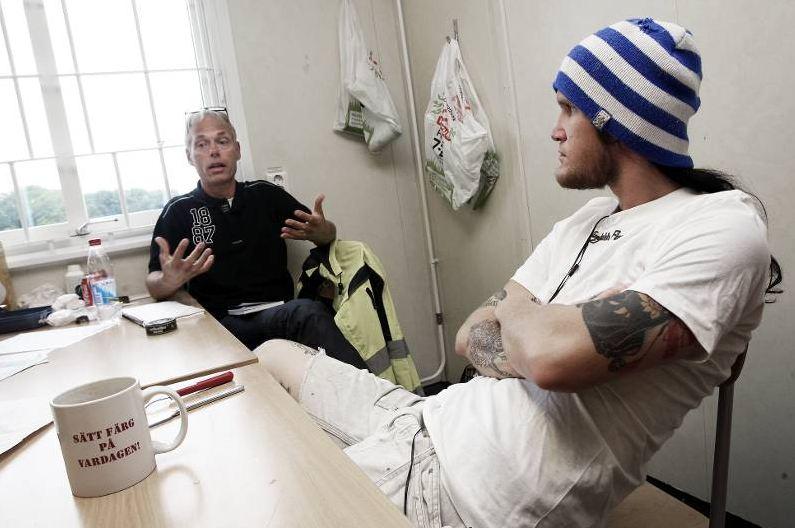 Jan-Ove Berg berättar för Christian Bergström om fördelarna att vara med i facket. Foto: Tomas Nyberg
