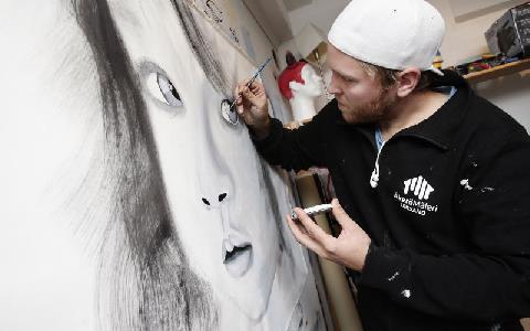 Emil Grönholm målar