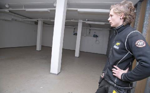 Alexander Lundgren tittar på ett golv