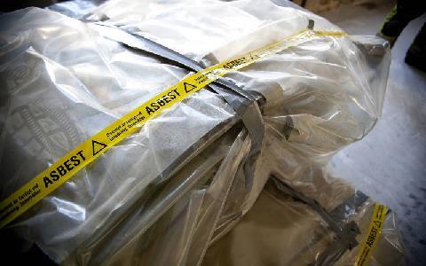 Varningstejp för asbest för ett inplastat paket
