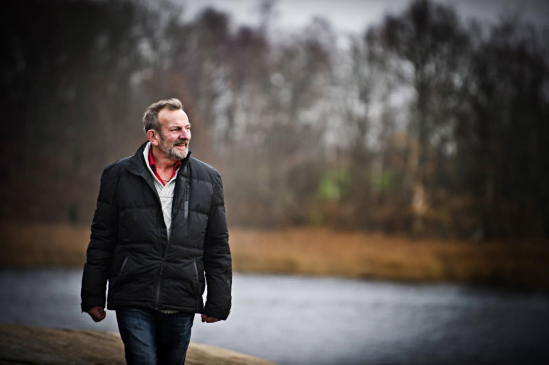 Stig Fredriksson går längs en väg i en skog.