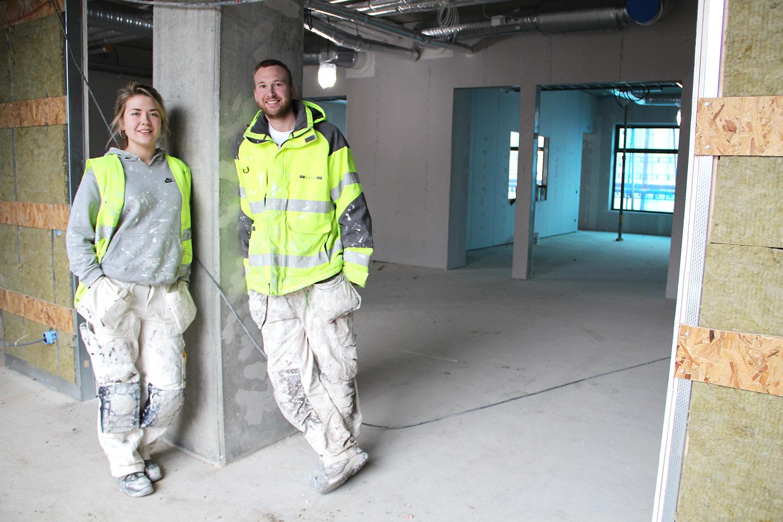Patrik Jönsson är en av förbundets engagerade skolinformatörer i södra Sverige. Disa Blom är en av eleverna han möter. För tillfället gör hon sin praktik på Patriks arbetsplats. FOTO: HELENA FORSBERG