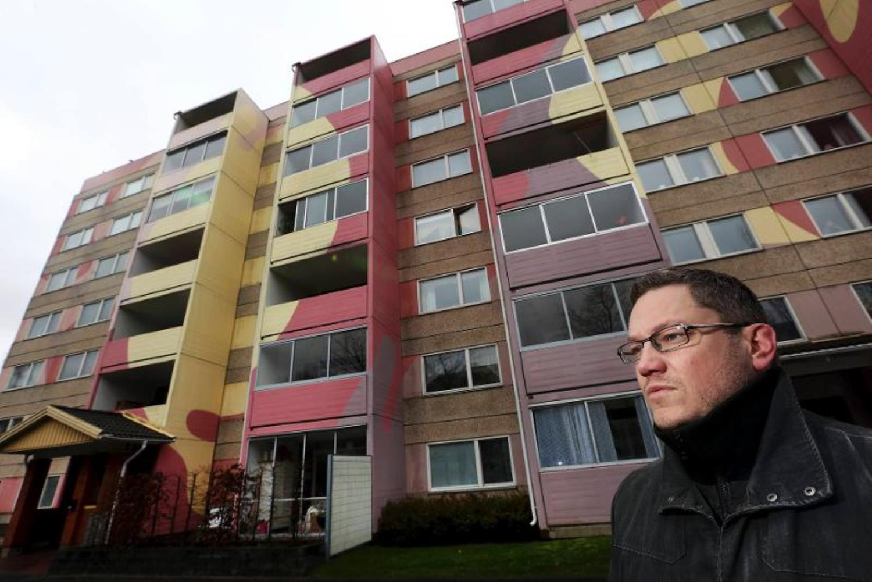 Douglas Strömberg, ombudsman avdelning 4, lade ett skyddsstopp avseende målning av fönster sedan asbest hittats i fönsterkitt mellan fönsterbågarna i Råslätt, Jönköping. Foto: Tomas Nyberg