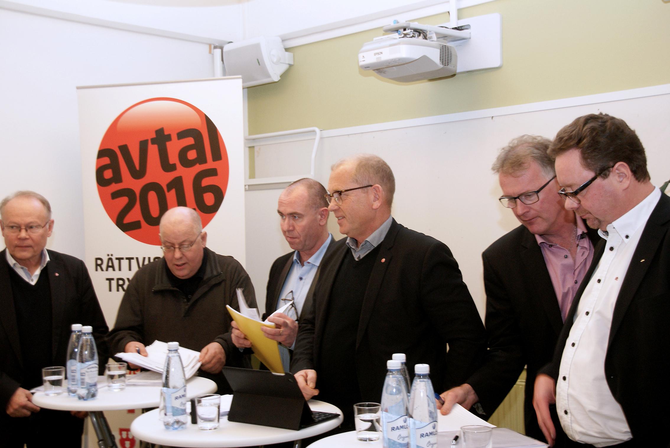 Fem fackförbund går fram med gemensamma avtalskrav. Från vänster Janne Rydén, ordförande Seko, ekonomen Christer Persson, Jonas Wallin, ordförande Elektrikerna, Johan Lindholm, ordförande Byggnads, Mikael Johansson, ordförande Målarna och Magnus Pettersson, ordförande Fastighets.