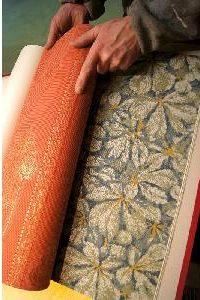 En mönstrad tapetrulle som rullas ut