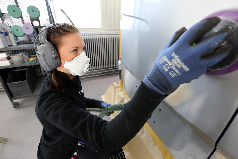 Emelie Grannas Gulliksson arbetar med skyddsutrustning på