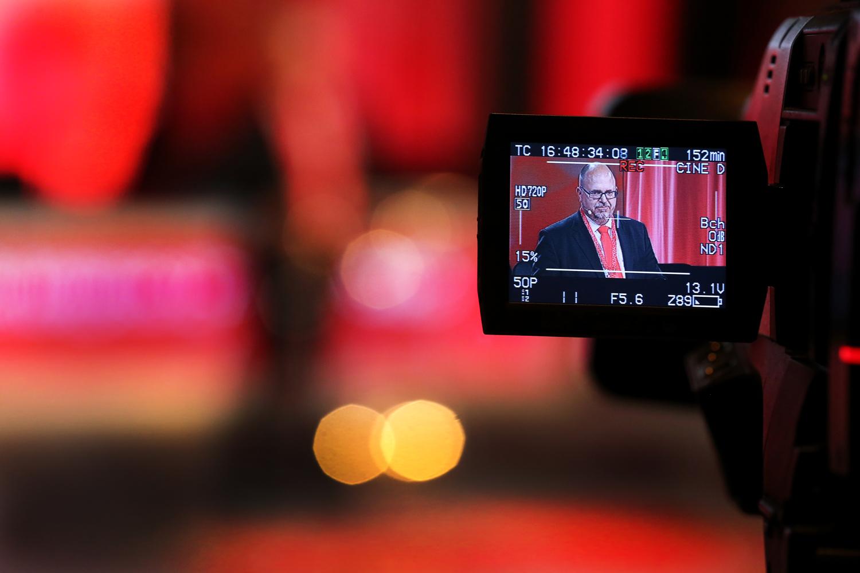 Displayen på en digitalkamera som visar Karl Petter Thorwaldsson som håller tal i bakgrunden.