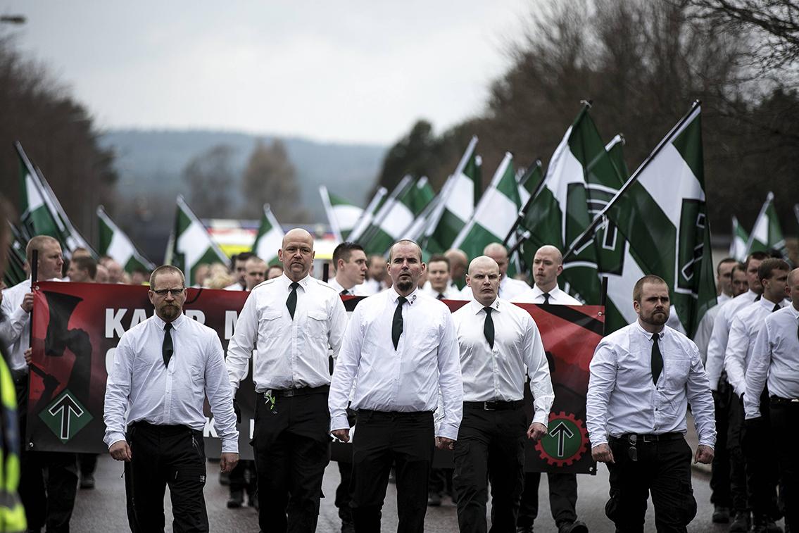 Per Öberg går i första ledet som andra från vänster vid Nordiska motståndsrörelsens demonstration i Borlänge 1 maj 2016. Foto: Christian Larsen