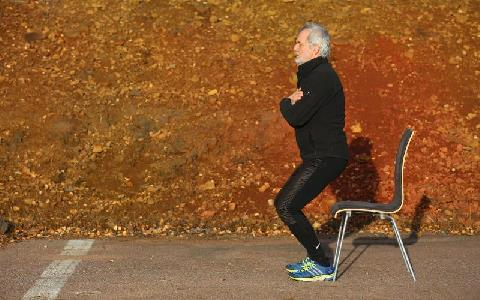 En person gör fysiska övningar utomhus
