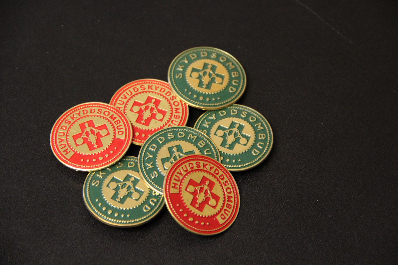 En samling skyddsombuds-badges