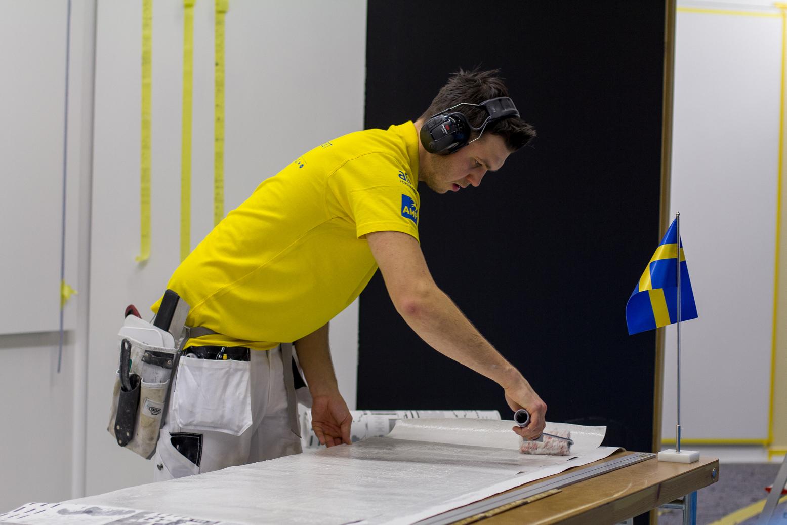 Emil Eriksson under momentet tapetsering. Foto: Thomas Nordin