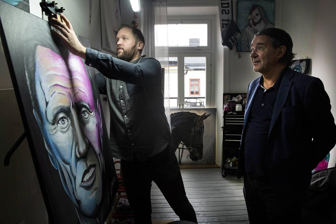 Emil Grönholm och Kjell Bergkvist framför en av Emils tavlor