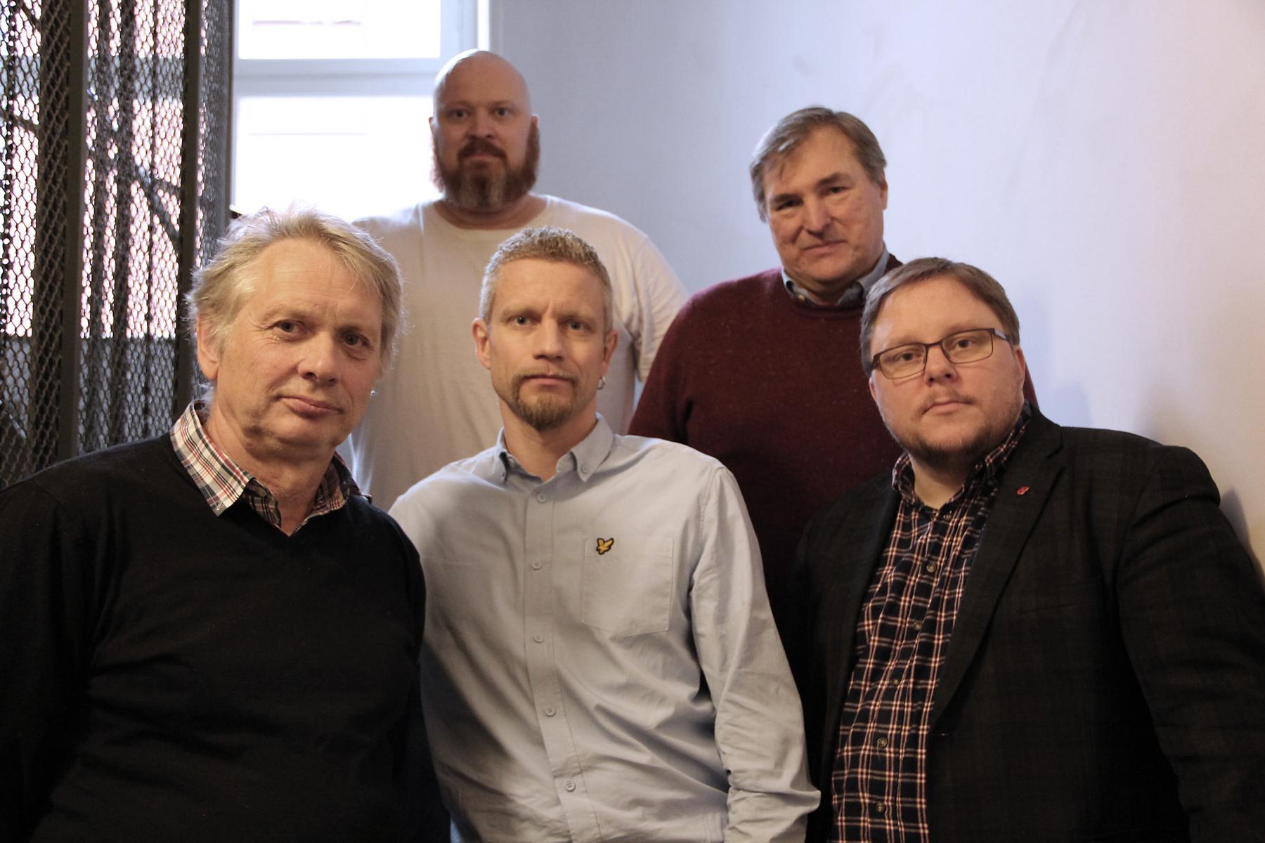 De som förhandlar lackerarnas avtal är bakre raden från vänster: Fredriks Adolfsson och Kaj Persson samt främre raden från vänster: Bengt Ahlberg, Samuel Jarenil och Stefan Cedermark som är ansvarig. Foto: Helena Forsberg