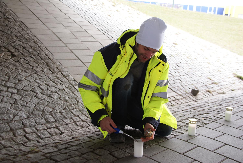 Målaren Christian Olofsson tände 45 ljus, ett för varje död i arbetsplatsolyckor i Sverige. Foto: Per Eklund