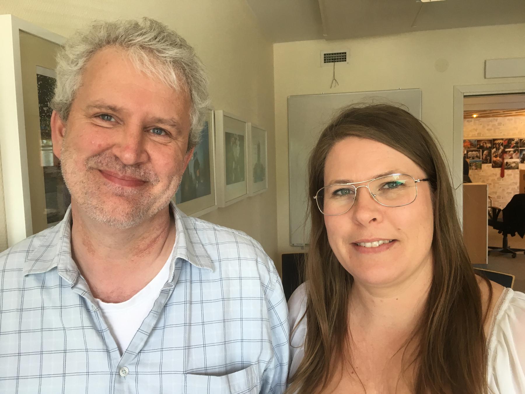 Tomas Nyberg, fotograf och redigerare, och Helena Forsberg, redaktör, ser fram emot att redaktionen utökas från tre till fyra journalister. Foto: Per Eklund