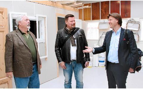 Amerikanska målarfackets Andrew Larson, till vänster, i samspråk med Christer Wälivaara och Målareförbundets Anders Korneliusson. Foto: Helena Forsberg