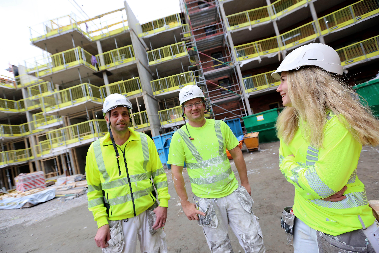 Lars Rosenberg, Mattias Carnesten och Helena Lundström på bygget i Katrineholm.