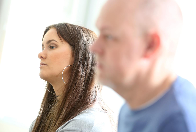 Bilden föreställer Josefin Nilsson och Mats Eriksson från avdelning 9. Josefin har långt, brunt hår och stora ringar i öronen. Mats Eriksson har inget hår och blå t-shirt. De tittar åt vänster i bilden och verkar lyssna på någon som pratar.