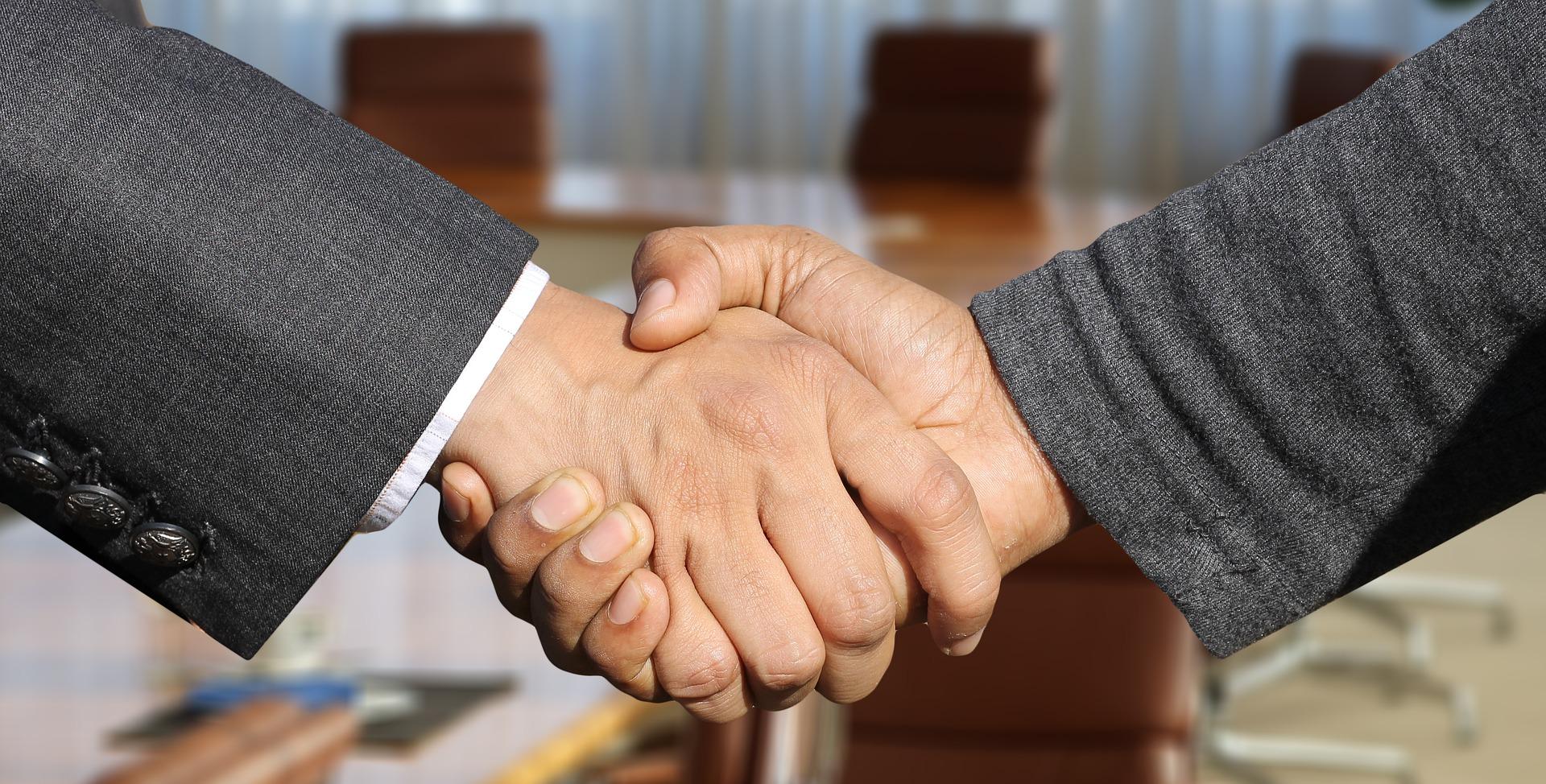Ett handslag mellan två händer