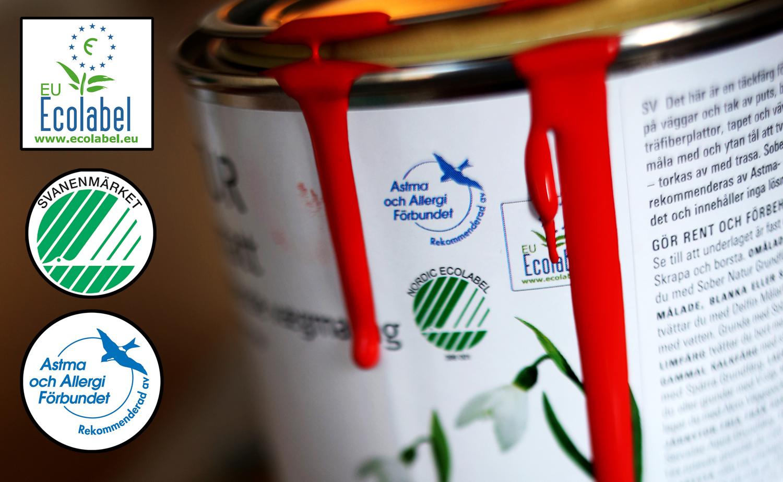 En färgburk, med ikonerna för Ecolabel, Svanen och Svalan monterade ovanpå.