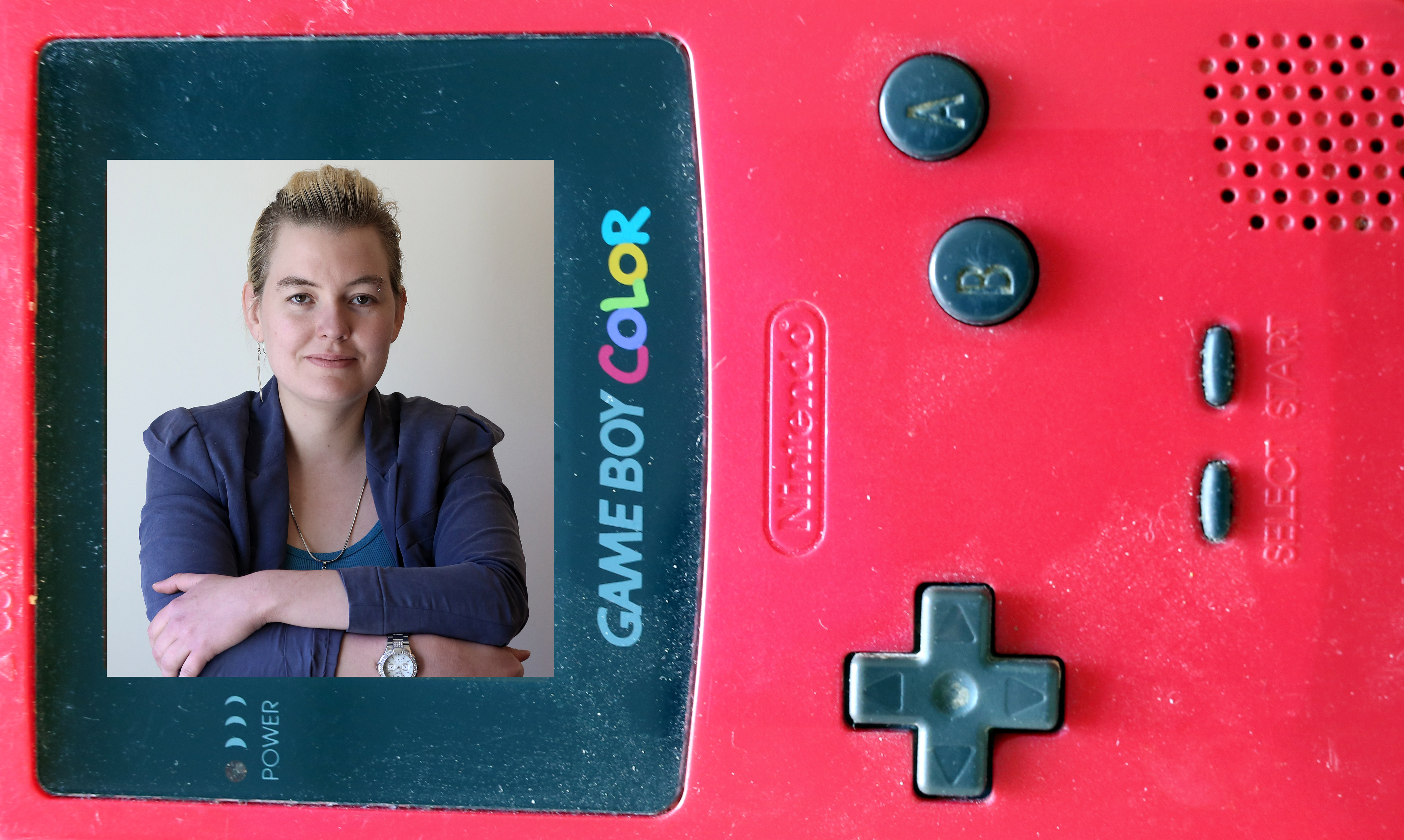 Bilden föreställer en gammal rosa Game Boy Color. I skärmen är ett foto på tidningens webbredaktör Chris Smedbakken inklippt.