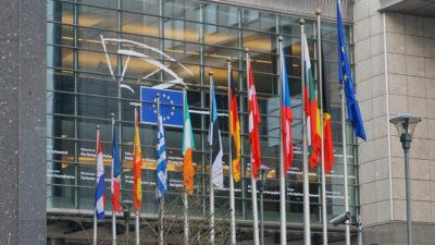 Flaggorna framför EU-parlamentet i Bryssel