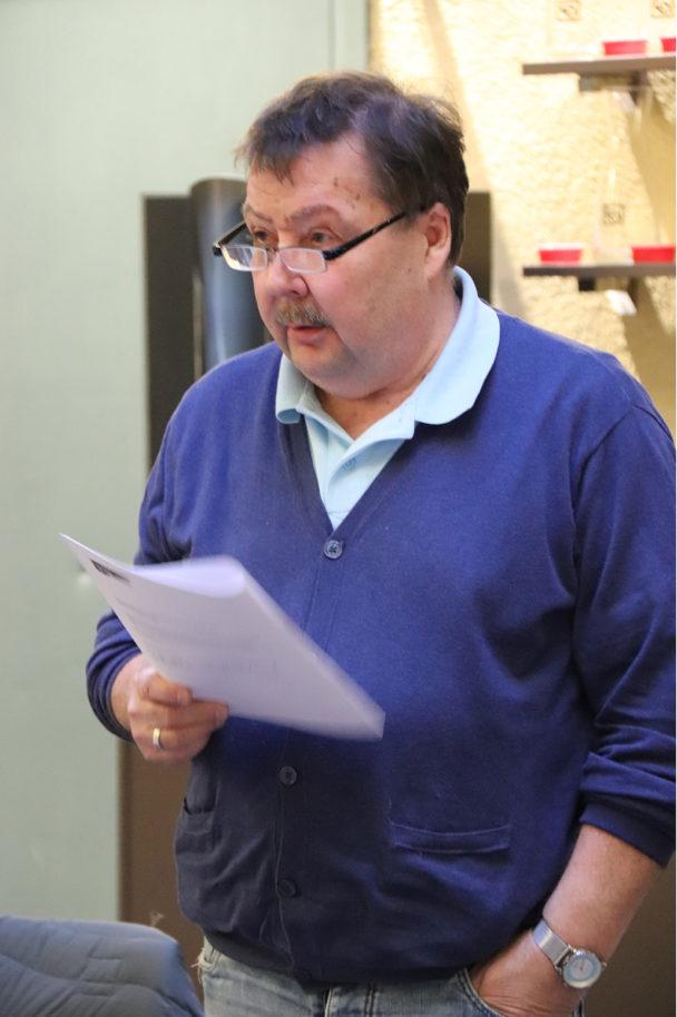 Bengt Sandberg hållandes ett papper