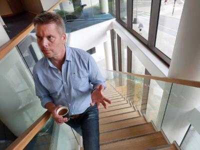 Peter Göthberg i en trappa