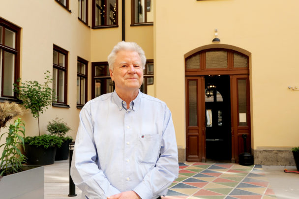 Anders Kjellberg framför en gul husfasad