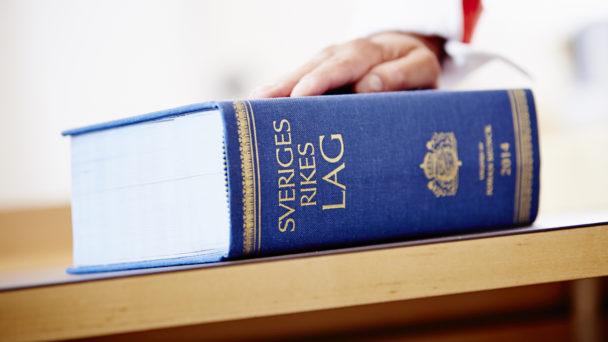 En lagbok på ett bord