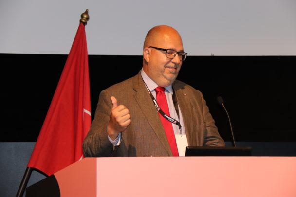Karl-Petter Thorwaldsson i en talarstol