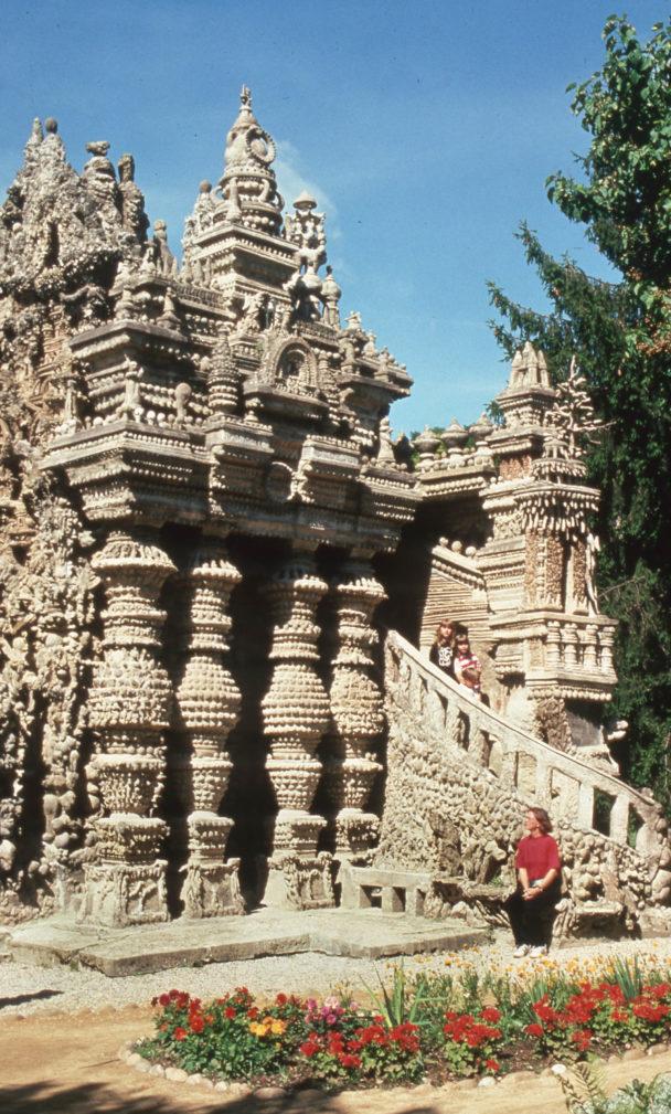 Ett sandfärgat palats med kolonner.