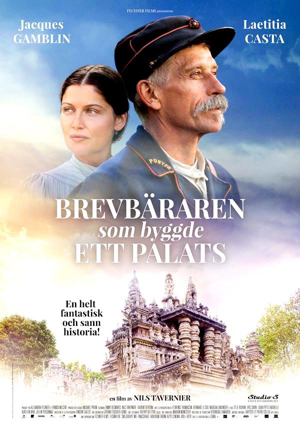 """Omslaget till filmen """"Brevbäraren som byggde ett palats."""" En man och en kvinna inklippta i himlen ovanför ett sandfärgat palats."""