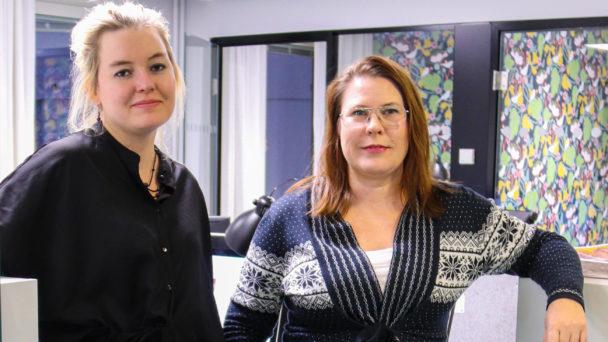 Chris Smedbakken och Helena Forsberg framför redaktionens skrivbord.