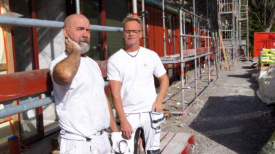 Kalle och Per står framför en byggnadsställning