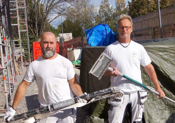 Kalle och Per står med verktyg i händerna