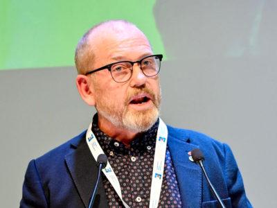 Johan Lindholm i en talarstol.