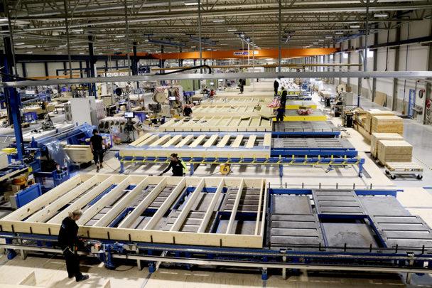 Ett fabriksgolv med staplade husmoder