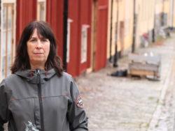 Mia Wemmenlöv utomhus framför en röd husfasad.