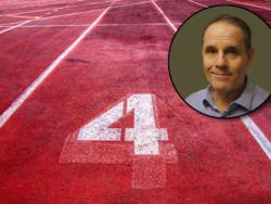 Ett porträttfoto av Johnny Svensson monterad över spår 4 på en löparbana.