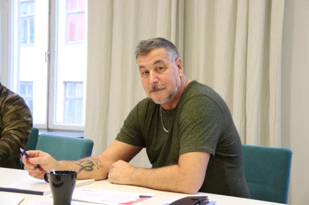 Mikael Ljungkvist vid ett bord