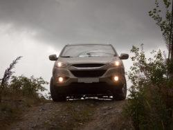 En grå bil på en åkerväg