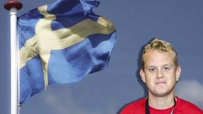 Ett foro av Sveriges flagga, med en porträttbild av Niclas Helander monterad i hörnet.