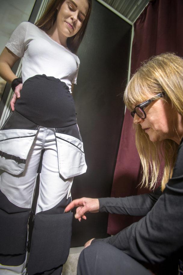 Johanna Söderström hjälper Desirée Johansson att prova ut byxor