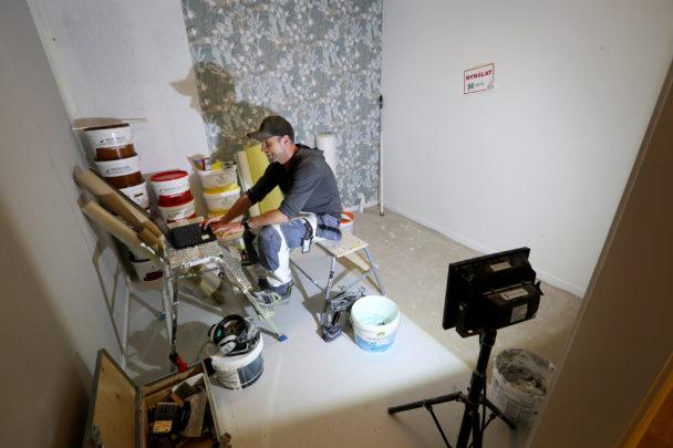 Per-Olof Olans arbetar framför kameran
