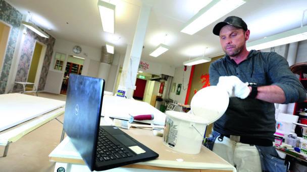 Per-Olof Olans arbetar framför sin dator