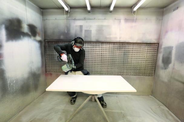 Per-Olof Olans arbetar med sprutmålning