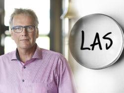 Ett foto av Mikael Johansson monterat invid ett förstoringsglas som zoomar in på ordet LAS